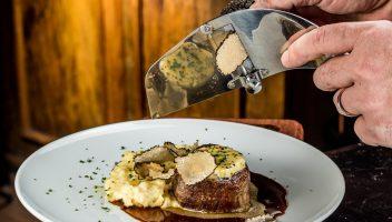 Medahão de file com manteiga trufada e purê rústico/Foto: Léo Feltran