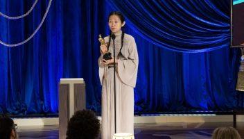 Chloé Zhao com o Oscar de melhor direção. Foto: Todd Wawrychuk